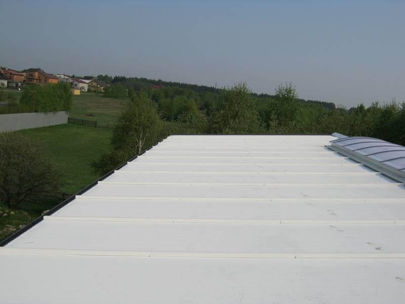 """Połać dachu w systemie """"Biały Dach"""" hala garażowa"""