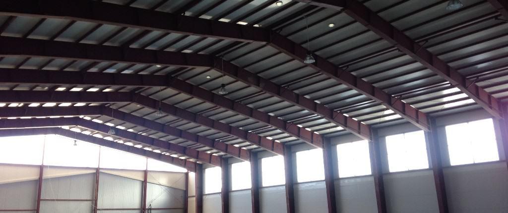 konstrukcja hali magazynowej z płyty warstwowej