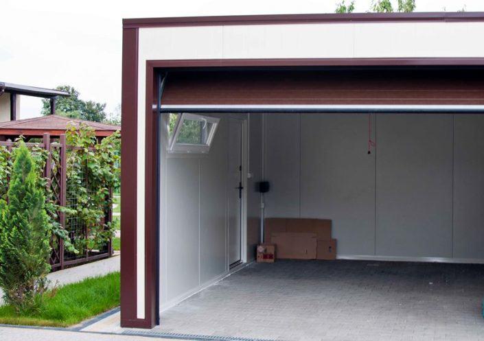 garaż z płyt warstwowych na gotowo